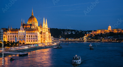 In de dag Boedapest Parliament Building in Budapest, night view