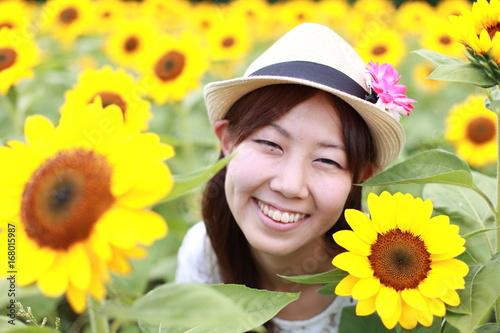 Fotobehang Geel 向日葵畑と女性