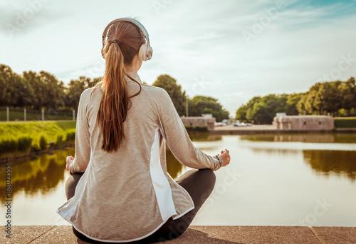 Sticker Frau entspannt und hört Musik
