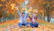 Leinwandbild Motiv Seniorenpaar voller Freude im Herbst