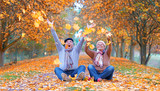 Seniorenpaar voller Freude im Herbst - 168033913