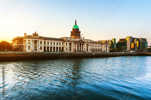 Stampa su Tela The Custom house in Dublin, Ireland in the evening