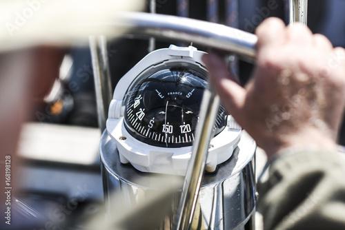 Kompas, widok z góry na koło kierownicy na jachcie.