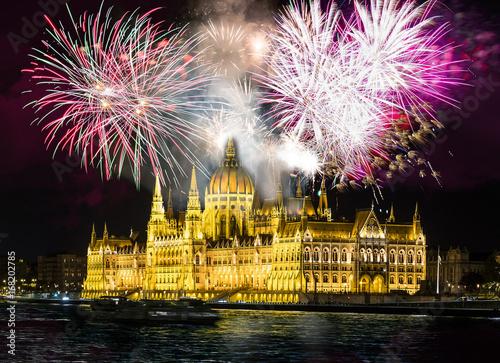 Papiers peints Budapest Feuerwerk über dem Parlament in Budapest, Ungarn