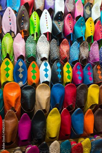 Aluminium Marokko assorted shoes at market stall in morocco