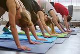 sportler machen dehn-übung im fitness-studio