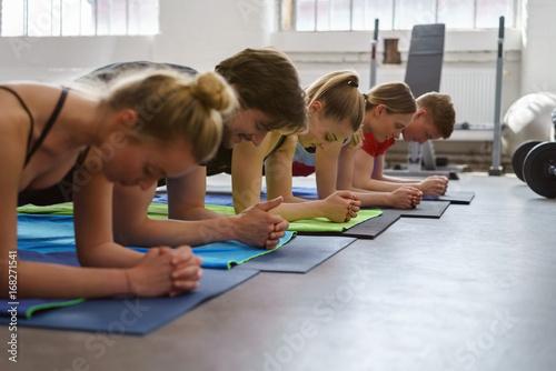 Sticker gruppe beim fitness-kurs im studio