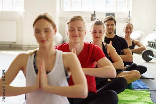 Staande foto School de yoga yoga-kurs