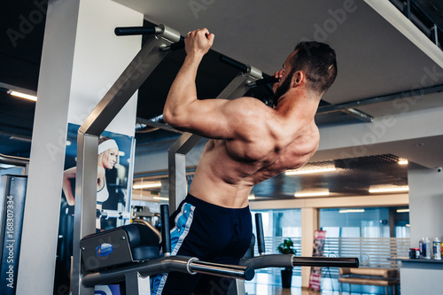 Poster Muscular guy in the gym