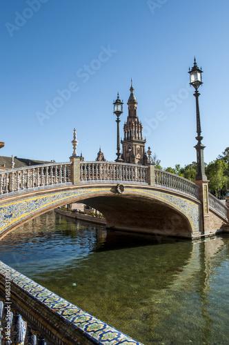 Spagna: uno dei ponti sui canali di Plaza de Espana, la piazza più famosa di Siviglia costruita nel 1928 in stile moresco per l'esposizione Iberoamericana del 1929
