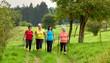 Gruppe Walking Frauen - lachen und unterhalten