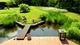 natürlicher Garten und schöner Teich an Terrasse angrenzend - 168357576