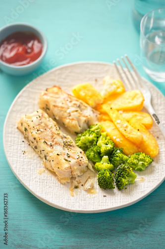 Lemon herb thyme seasoned chargrills with broccoli and potato chips - 168362733