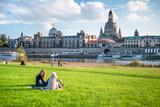 Touristen entspannen am Ufer der Elbe in Dresden, Sachsen, Deutschland - 168429721