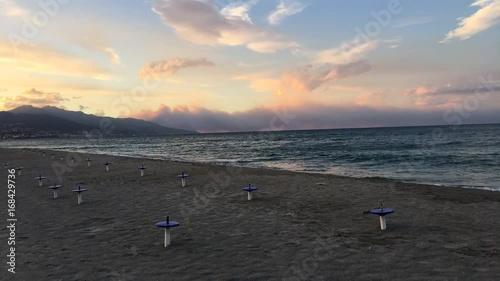 Spiaggia vuota al tramonto in riva al mare