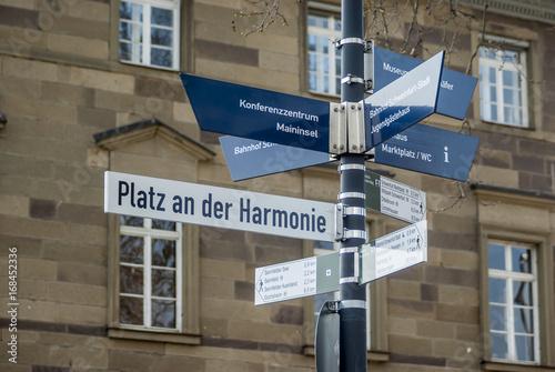 Leinwanddruck Bild Wegweiser Platz an der Harmonie