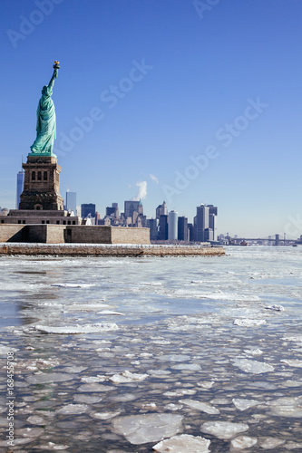 Foto op Aluminium New York Statue of Liberty / Ellis Island surrounded by a frozen Hudson River; Downtown Manhattan skyline in background