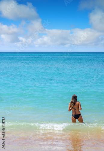 jeune femme se baignant dans le lagon Poster