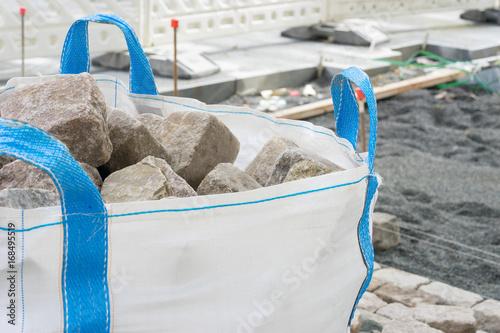 Pflastersteine im Big Bag auf der Baustelle Poster