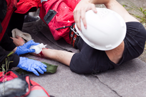 Foto Murales Work accident. First aid.