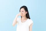鼻を摘む女性・ブルーバック - 168525719