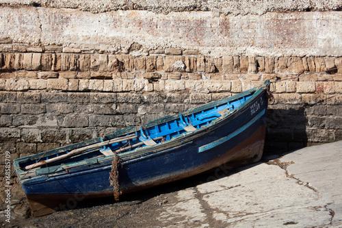 Fotobehang Marokko Blaues Holzoot in Marokko Essaouira