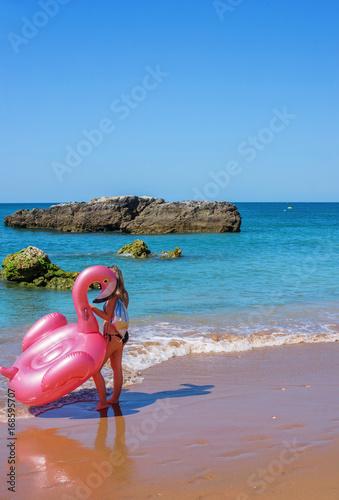 jeune femme et son matelas gonflable Poster