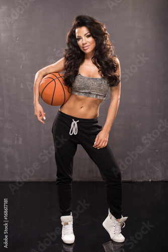 Aluminium Basketbal Sexy brunette woman holding orange basketball