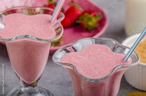 Papiers peints Lait, Milk-shake Milkshake strawberries drink