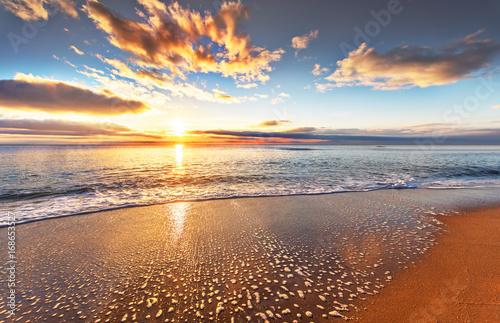 Papiers peints Morning Glory Beautiful tropical sunrise on the beach.