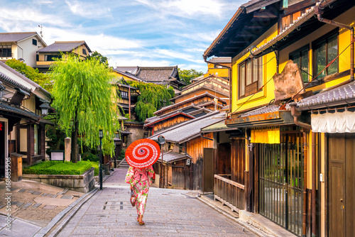 Papiers peints Kyoto Japanese girl in Yukata with red umbrella in old town Kyoto