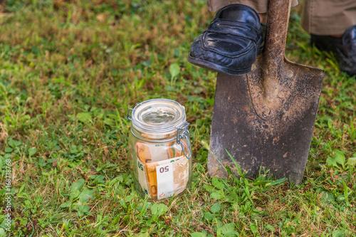 Foto Murales Burying a jar of money