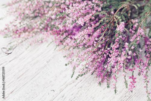 Heap ró? Owy kwiat wrzosu (calluna vulgaris, erica, ling) na bia? Ym rustykalnym stole. Kartkę z życzeniami dla matki lub kobiety dzień.