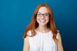 canvas print picture - sympathische frau mit blauer brille und langen, roten haaren