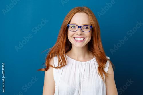 canvas print picture sympathische frau mit blauer brille und langen, roten haaren