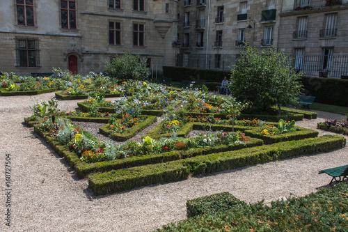 Hôtel de Sens, monument historique de Paris avec son jardin à la française Poster