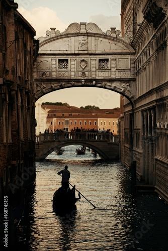 Fotobehang Bruggen Bridge of Sighs and gondola