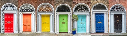 Panoramiczne kolory tęczy kolekcji drzwi w Dublinie, Irlandia