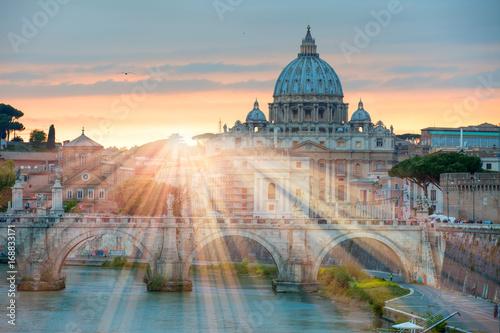Zobacz w Tiber i Katedra Świętego Piotra w Rzymie