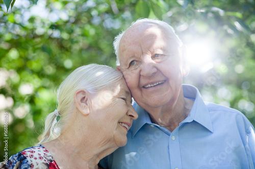 Senioren oder alte Menschen lachen fröhlich und glücklich Poster