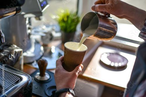 Aluminium Koffiebonen Barista coffee grinder and grains