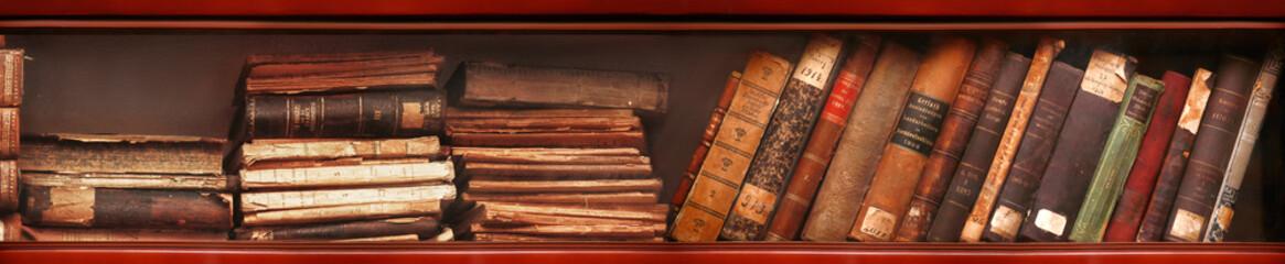 Alte Bücher im Bücherregal
