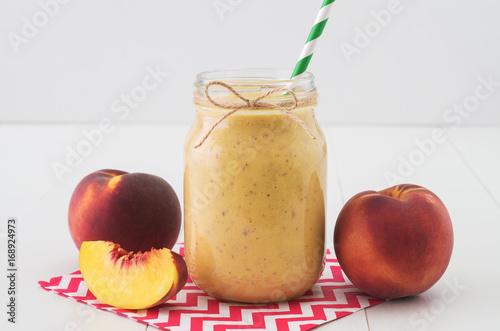 Keuken foto achterwand Milkshake Peach smoothie