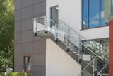 Modere Außentreppe aus Glas und Metall an einer Fassade