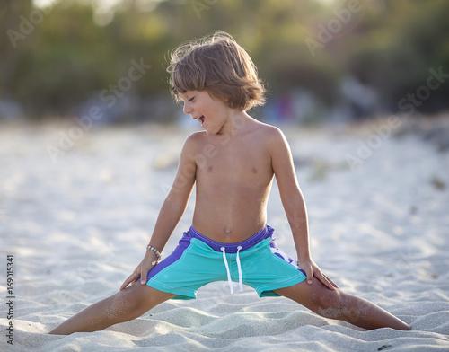 Bimbo gioca sulla spiaggia