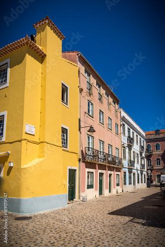 Fotobehang Smalle straatjes Calle en vieja ciudad de Lisboa