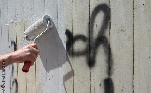 Poster Graffiti schmiererei übermalen