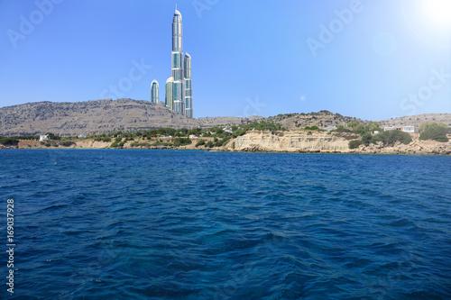 Wieżowce za wzgóżami nad morzem Śródziemnym.