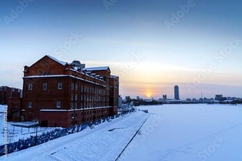 Papiers peints Bosquet de bouleaux the sun shines through the tower structure in the winter in Ekaterinburg