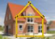 Neubau und Rohbau von einem Haus mit gefaltetem Meterstab